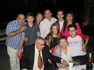 """""""Hoy en día como están las cosas, las parejas no suelen durar tanto, que mis abuelos lleguen juntos a los cincuenta es un orgullo muy grande"""", dijo Franco, nieto mayor, emocionado. (Foto de la familia completa.)"""